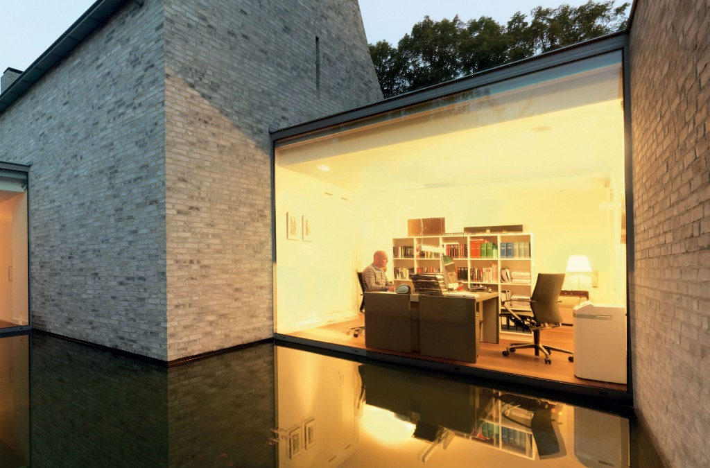 Making-small,-dark-rooms-feel-larger-with-panoramic-windows