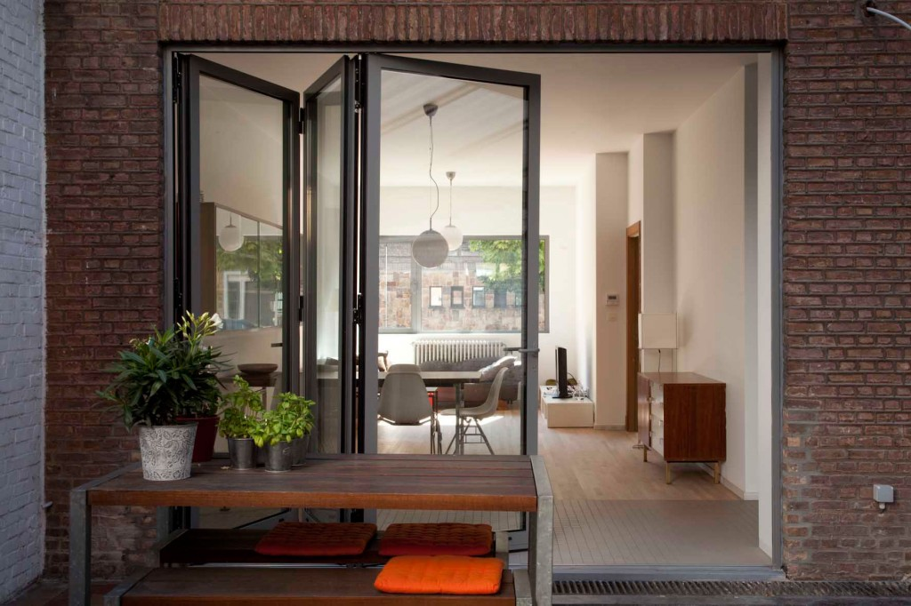 Sliding folding doors to lighten a subterranean extension