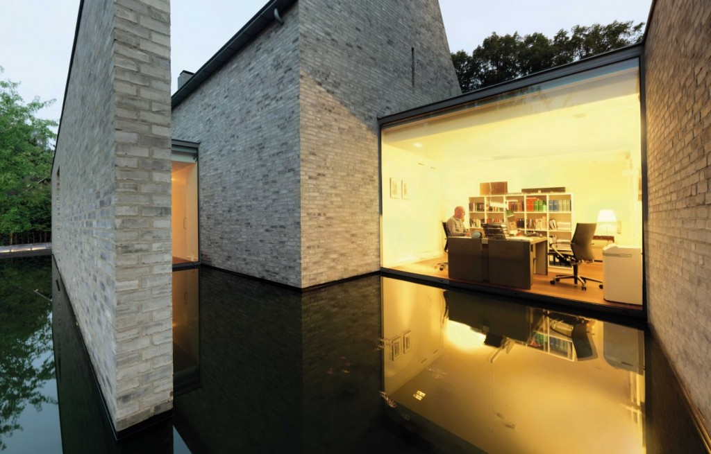 Large windows and doors fill the Goirle house with abundant light